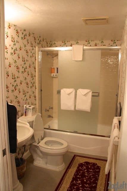 The Strawbery Room - Bathroom - ZagLeft